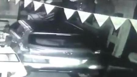 小车失控撞进酒吧 多人无辜被撞伤