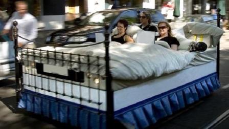 老外把床改装成汽车还能直接开到马路上
