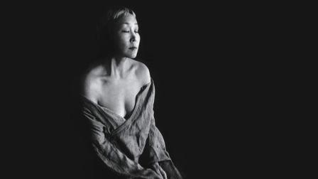一个女人赤裸裸的尖叫, 令人落泪