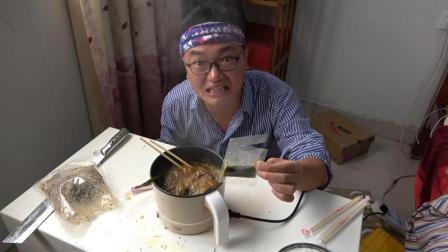 作死试吃传说中的牛瘪火锅, 小伙连肉带汤喝下去苦的不要不要的