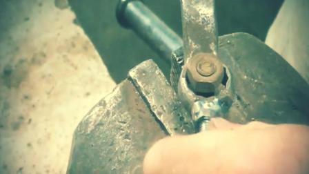 牛人给扳手套筒加上一颗螺丝, 它能扭紧比它小的