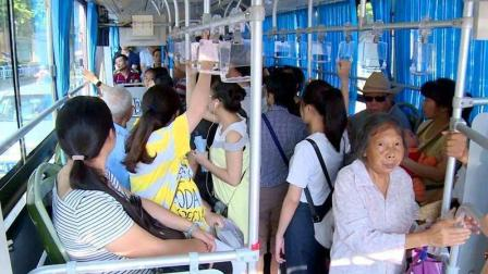 上班高峰期那么拥堵, 为什么很多老人非要去挤公车? 原因其实很简单