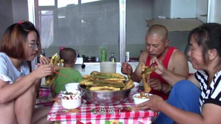 回娘家的农村女儿想吃油条, 妈妈这样做了一大盆, 嘎嘣脆, 真馋人