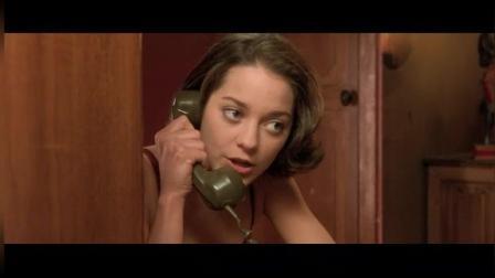小伙在车上跟女朋友打电话, 突然听到有女人的呻吟声, 女孩瞬间怒了!