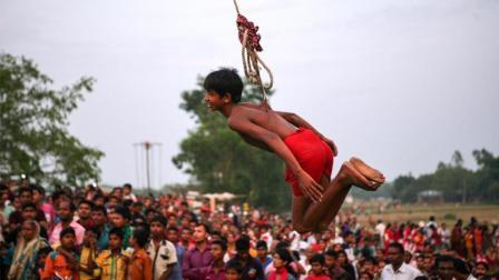 孟加拉新年上印度教徒狂虐自己, 将肉钩穿过背部