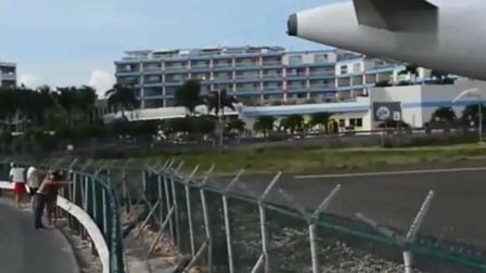 女子在沙滩零距离观看飞机起飞, 下一秒悲剧了!