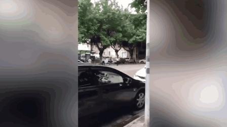 男子持械与警察对峙 警察当场鸣枪将其制服