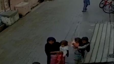 巴基斯坦农村, 男子带走妻儿行乞, 这种演技当年骗过多少人!