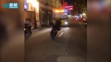 """男子骑电动车伸脚逼停公交 被警方抓获称""""我速度很快他撞不到我"""""""