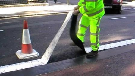 道路划线神器, 像胶带纸一张粘上, 不占路不堵车, 还防滑反光