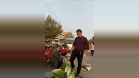 """潍坊青州一""""地头蛇""""强收老人摊位费, 不给钱就砸摊"""