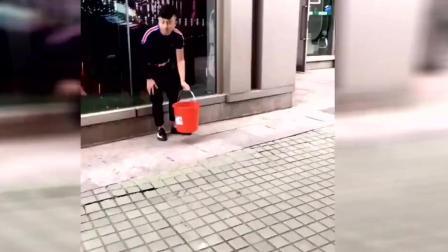 街头测试 小哥拿着空桶去假装去泼路人 好尴尬啊