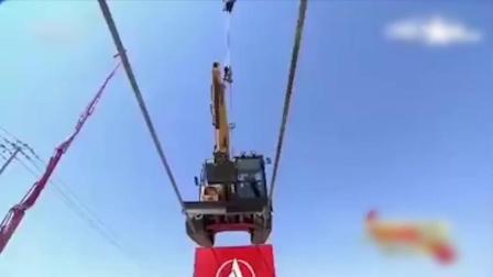 中国牛人开挖掘机走钢丝, 隔着屏幕都怕他摔下来