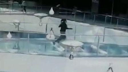 商场回复女子商场内不慎掉入鲨鱼池:是柠檬鲨 没有攻击性