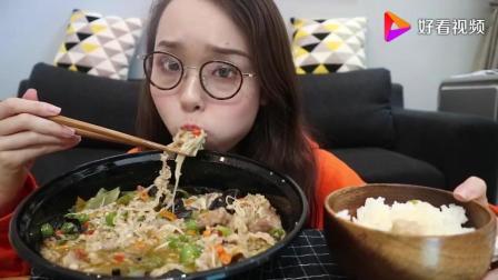 上海美女阿尤开吃播, 吃三种辣椒口味的肥牛, 网友: 为什么你狂吃不胖呢?
