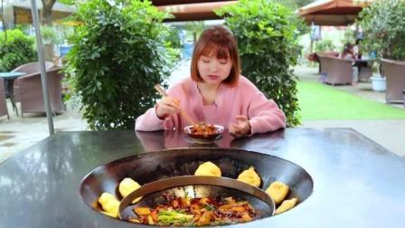 美女吃地锅鸡和地锅饼, 吃的真香!