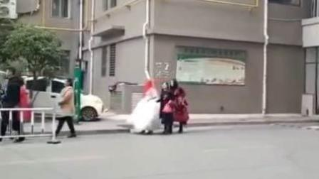 尴尬! 新郎业主未买车位 新娘无奈提婚纱进门