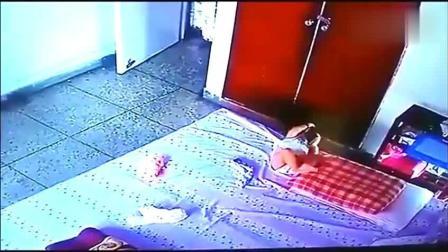 保姆独自在家看孩子, 刚刚离开一会, 监控拍下了揪心的一幕!