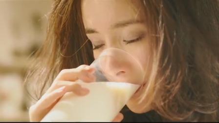 起床后美女看到男孩为她准备的早餐,很感动,眼眶湿润喝下了牛奶