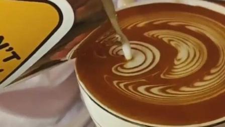 咖啡师培训班演示高对比度压纹郁金香咖啡拉花技巧教程视频