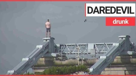 英国醉汉为了躲避警察追击竟然攀上了近50米高的悬索桥