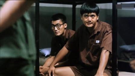 囚犯们被关进一个牢房,狱警一走就开始打架,小伙倒霉了!