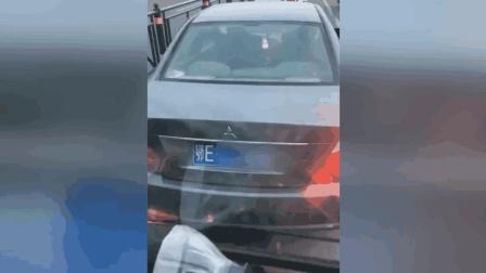 司机驾车看淫秽视频 交警: 已处罚