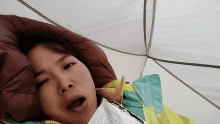 在四川海拔4600米, 杭州姑娘躺着吃零食, 十分惬意