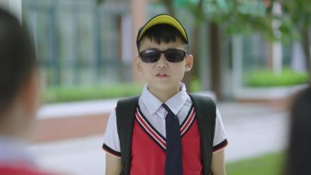 小男孩励志当演员怕晒黑 苦逼的是扮演了向日葵