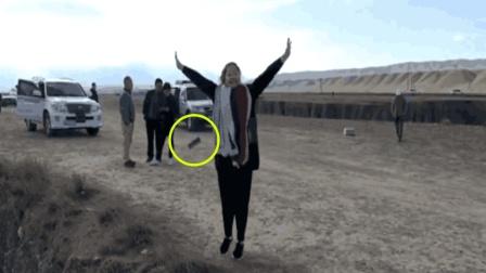 女子蹦蹦跳跳玩自拍 跳到手机证件掉山谷
