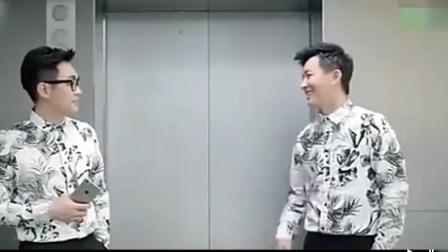 搞笑-两个小伙在电梯口撞衫了, 然后互相吹捧,