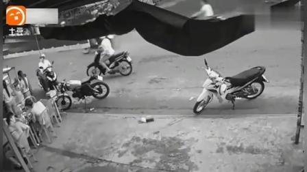 女子停稳车准备去吃饭, 两男子紧跟其后, 旁边的小伙目睹缺德一幕!