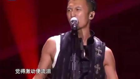 中国好声音: 谢霆锋登台演唱, 一曲摇滚乐燃爆全场, 尽显迷人魅力
