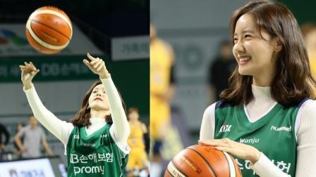 林允儿化身运动达人助阵篮球赛 捧球投篮笑成一朵花