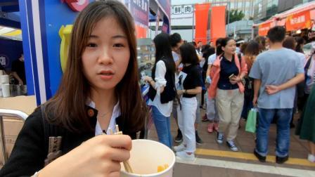成都串串火爆广州美食节, 吃货排成一条龙, 妹子买8串吃得嘴发麻