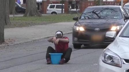 男子这样街头恶作剧, 难道不怕被抓到吗