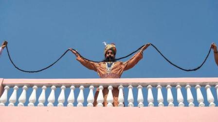 世界上胡子最长的人, 33年留6.7米胡子, 网友: 还是印度人牛!