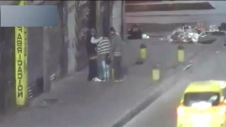 深夜, 几个男子突然出现在街头, 恰好被监控拍下