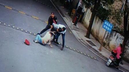 男子校门口持刀猛刺女子 三人冲上前将其制服