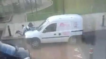 女子与货车司机发生争执 被货车顶在引擎盖上飞驰