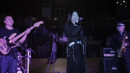 西安美女乐队校园演出翻唱网络爆红歌曲