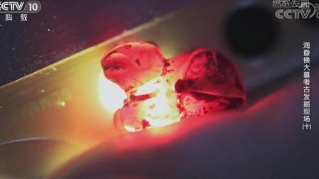 考古专家在水箱里漆盒清理收获血红色的琥珀,