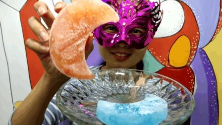 """妹子吃冰""""月亮彩冰"""", 真美! 太冰了会粘手哦, 想吃还真难"""
