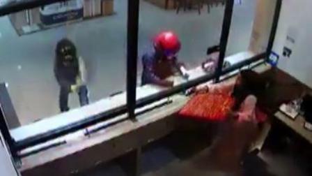 3男子抢劫金店砸不开柜台玻璃 女店员吓得狂给黄金