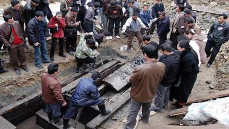 考古专家在古墓中发现一件神秘物体, 把在场的人