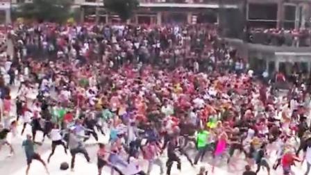 街上突然响起迈克尔杰克逊的歌曲, 所有人都疯了! 看完莫名想哭