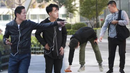 看到陌生人的钱包被别人捡走,中国路人竟然这么做!
