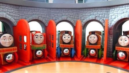小火车们从车棚出发去轨道
