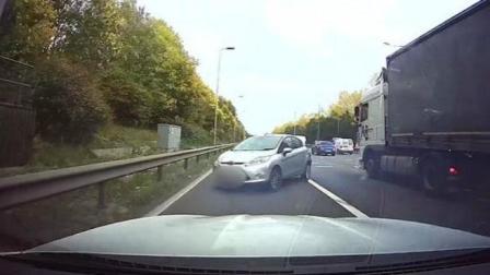 轿车被变道卡车撞击后旋转后车紧急刹车