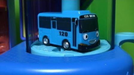 对比小巴士和卡片巴士玩具